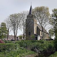 Nederland, Achlum , 27 april 2011..De gereformeerde kerk van Achlum..Achlum is een dorp, dat vanaf 1 januari 1984 bij de gemeente Franekeradeel behoort, in de provincie Friesland (Nederland). Het is een terpdorp aan de Slachtedyk met ongeveer 635 inwoners (2009)..Achlum ligt ten zuidoosten van Harlingen en ten zuidwesten van Franeker..Om te vieren dat Achmea tweehonderd jaar geleden door Ulbe Piers Draisma in Achlum werd opgericht, organiseert de verzekeraar op 28 mei 2011 de Conventie van Achlum. Allerlei sprekers hebben toegezegd naar Achlum te komen, waaronder Bill Clinton, oud-president van de Verenigde Staten. Alle bewoners van het dorp worden bij de festiviteiten betrokken..Foto:Jean-Pierre Jans