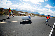 De Vortex van de universiteit van Toronto. In Battle Mountain (Nevada) wordt ieder jaar de World Human Powered Speed Challenge gehouden. Tijdens deze wedstrijd wordt geprobeerd zo hard mogelijk te fietsen op pure menskracht. Ze halen snelheden tot 133 km/h. De deelnemers bestaan zowel uit teams van universiteiten als uit hobbyisten. Met de gestroomlijnde fietsen willen ze laten zien wat mogelijk is met menskracht. De speciale ligfietsen kunnen gezien worden als de Formule 1 van het fietsen. De kennis die wordt opgedaan wordt ook gebruikt om duurzaam vervoer verder te ontwikkelen.<br /> <br /> The Vortex of the university of Toronto. In Battle Mountain (Nevada) each year the World Human Powered Speed ​​Challenge is held. During this race they try to ride on pure manpower as hard as possible. Speeds up to 133 km/h are reached. The participants consist of both teams from universities and from hobbyists. With the sleek bikes they want to show what is possible with human power. The special recumbent bicycles can be seen as the Formula 1 of the bicycle. The knowledge gained is also used to develop sustainable transport.