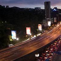 Autopista del Este de noche, Caracas, Distrito Federal, Venezuela