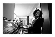 Yasmine Kherbache speelt piano in het toekomstige café van haar man dat een paar dagen later zal openen.