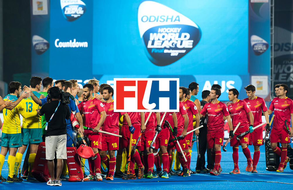 BHUBANESWAR -  shake hands . Hockey World League finals , Quarter Finals . Australia v Spanje .  .  COPYRIGHT KOEN SUYK