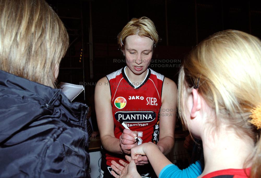 20-01-2006 VOLLEYBAL: TOPTEAMSCUP PLANTINA LONGA - VOLERO ZURICH: LICHTENVOORDE<br /> De bizarre barrage tegen Vol&eacute;ro Zurich, die nodig was omdat de ploegen na twee ontmoetingen prefect in balans waren, werd vrijdagavond met 3-2 gewonnen / Elles Leferink<br /> &copy;2006-WWW.FOTOHOOGENDOORN.NL
