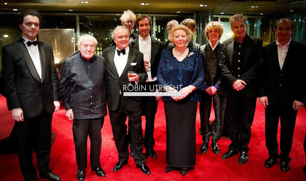 AMSTERDAM - Koningin Beatrix poseert bij het Concertgebouw voor het jubileumconcert Meesterpianisten.