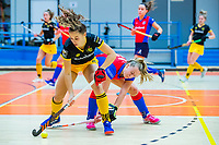 AMSTERDAM  -  Noor Omrani (DenBosch) met Mariette Boot (SCHC) tijdens het starttoernooi zaalhockey in Sporthallen Zuid.    COPYRIGHT KOEN SUYK