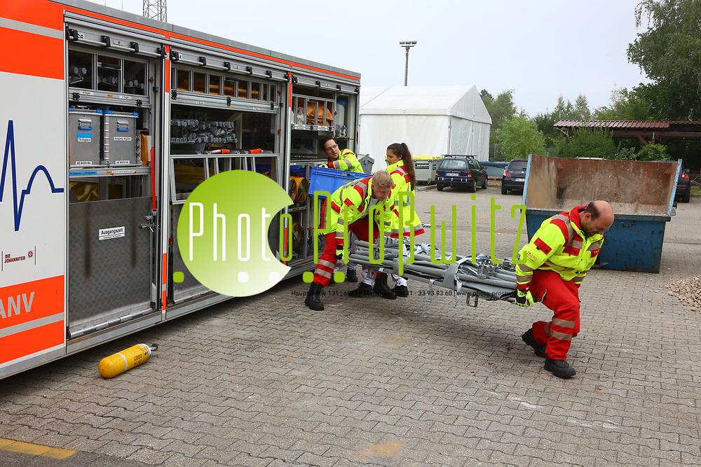 Mannheim. 26.08.17 | &Uuml;bung am AB MANV.<br /> K&auml;fertal. Feuerwache Nord. &Uuml;bung von Feuerwehr und ASB am Abrollbeh&auml;lter Massenanfall von Verletzten (AB-MANV).<br /> Die durch die Firma GIMAEX-Schmitz in Luckenwalde ausgebauten AB-MANV verf&uuml;gen &uuml;ber eine umfangreiche technische und medizinische Beladung, die den Aufbau und den Betrieb eines Behandlungsplatzes f&uuml;r insgesamt bis zu f&uuml;nfzig Patienten erm&ouml;glicht.<br /> Als &Uuml;bungsszenario wird eine explosion in einem Kaufhaus dargestellt.<br /> <br /> <br /> <br /> BILD- ID 2317 |<br /> Bild: Markus Prosswitz 26AUG17 / masterpress (Bild ist honorarpflichtig - No Model Release!)