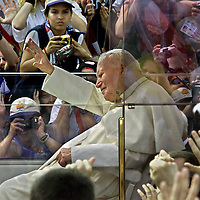 (07/25/02-Toronto,Ontario)  Pope's arrival....His entrance to Exhibition Place . Photo by Mark Garfinkel