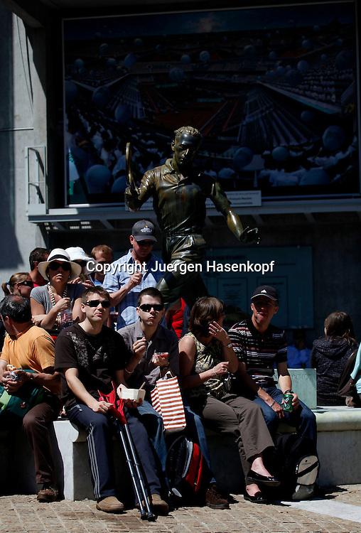 French Open 2010, Roland Garros, Paris, Frankreich,Sport, Tennis, ITF Grand Slam Tournament,  Tennisfans sitzen unter einer Spieler Skulptur,Feature,..Foto: Juergen Hasenkopf..