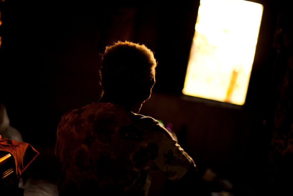 Inhauma_MG, Brasil...Silhueta de uma senhora moradora da cidade de Inhauma...The silhouette of a elderly woman, She lives in Inhauma...Foto: LEO DRUMOND / NITRO