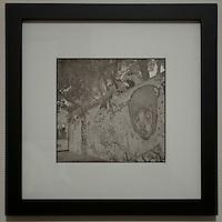 Fotografiet er fremstilt analogt p&aring; tradisjonell m&aring;te i m&oslash;rkerom p&aring; fiberbasert papir. <br /> <br /> Fotografiet er deretter varmmontert p&aring; kartong og rammet inn med passepartout, dette for &aring; sikre lang holdbarhet. Rammen er i matt svart, laget av tre og har lys&aring;pning p&aring; 31x31cm. Rammelisten er 2,8cm bred og 2 cm dyp. Baksiden av rammen er forseglet med tape.<br /> <br /> Foto: Svein Ove Ekornesv&aring;g