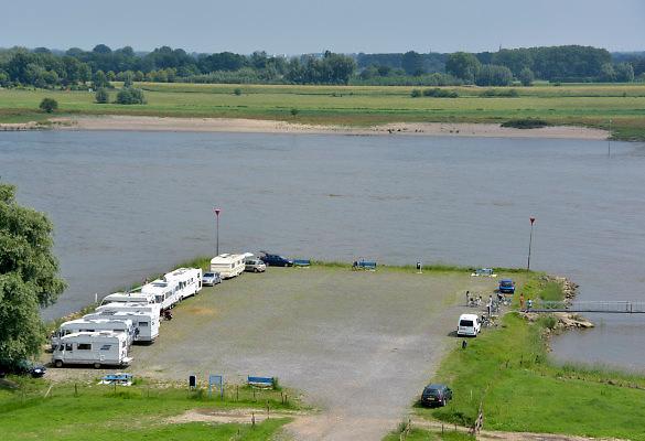 Nederland, Varik, 9-6-2018In dit deel van de Waal zijn de kribben verlaagd of vervangen door langsliggende dammen om de waterafvoer te verbeteren . Campers van dagjesmensen staan op de camperplaats .Foto: Flip Franssen