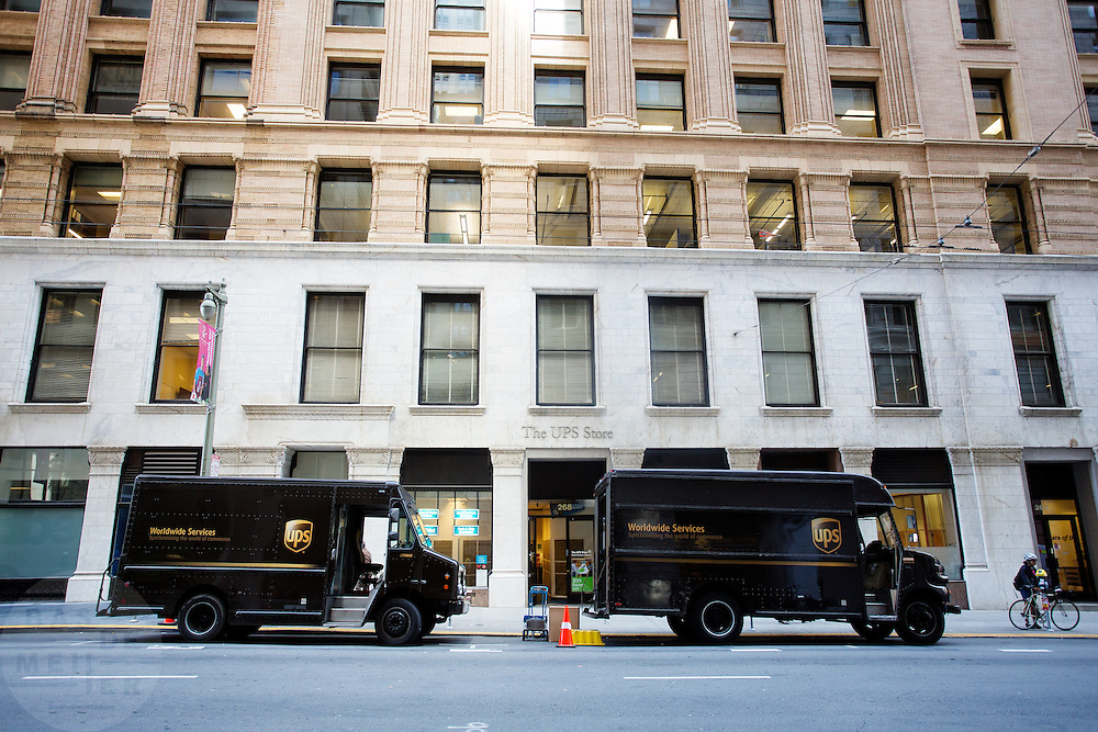 Wagens van UPS voor de UPS store in de Financial District in San Francisco waar veel hoofdkantoren van banken en grote ondernemingen zijn gevestigd. De Amerikaanse stad San Francisco aan de westkust is een van de grootste steden in Amerika en kenmerkt zich door de steile heuvels in de stad.<br /> <br /> UPS vans at the UPS store in the Financial District of San Francisco where headquarters of banks and financial companies are located. The US city of San Francisco on the west coast is one of the largest cities in America and is characterized by the steep hills in the city.