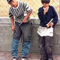 Toluca, M&eacute;x.- En espera de  veh&iacute;culos para limpiar parabisas. Agencia MVT / Arturo Rosales Ch&aacute;vez. (FILM)<br /> <br /> NO ARCHIVAR - NO ARCHIVE
