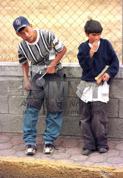 Toluca, Méx.- En espera de  vehículos para limpiar parabisas. Agencia MVT / Arturo Rosales Chávez. (FILM)<br /> <br /> NO ARCHIVAR - NO ARCHIVE