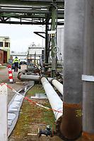 Mannheim. 06.03.17   BILD- ID 080  <br /> Friesenheimer Insel. BASF Anlage. Produktion im Werksteil Friesenheimer Insel. <br /> In den Produktionsanlagen der BASF werden Rohstoffe durch chemische Reaktionen in<br /> andere Stoffe umgewandelt. Dies geschieht bei den Anlagen im Werksteil Friesenheimer<br /> Insel im st&auml;ndigen Durchlauf (kontinuierliche Produktion). Dabei laufen die Reaktionen<br /> unter hohem Druck und erh&ouml;hter Temperatur ab. Einsatzstoffe und erzeugte Stoffe werden<br /> zwischengelagert und per Rohrleitung, Tankschiff, Kesselwagen und Tankzug bezogen oder abtransportiert. <br /> - &Ouml;lhafen<br /> Bild: Markus Prosswitz 06MAR17 / masterpress (Bild ist honorarpflichtig - No Model Release!)