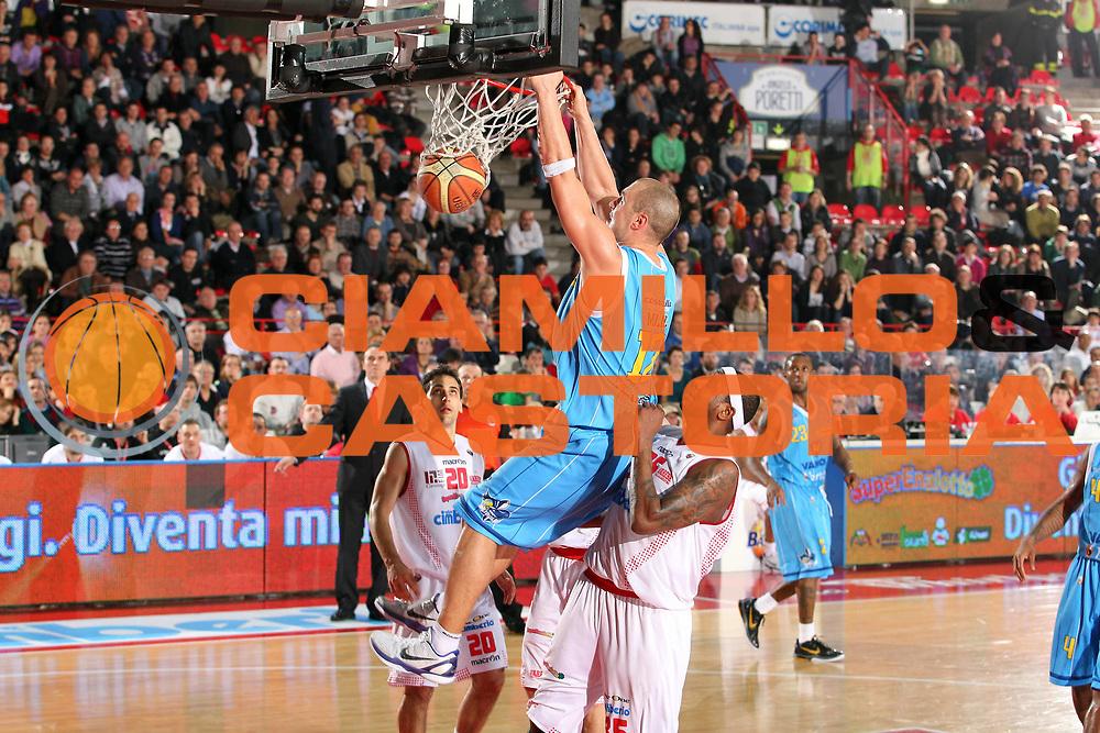 DESCRIZIONE : Varese Lega A 2010-11 Cimberio Varese Vanoli Braga Cremona<br /> GIOCATORE : Marko Milic<br /> SQUADRA : Vanoli Braga Cremona<br /> EVENTO : Campionato Lega A 2010-2011<br /> GARA : Cimberio Varese Vanoli Braga Cremona<br /> DATA : 06/03/2011<br /> CATEGORIA : Schiacciata<br /> SPORT : Pallacanestro<br /> AUTORE : Agenzia Ciamillo-Castoria/G.Cottini<br /> Galleria : Lega Basket A 2010-2011<br /> Fotonotizia : Varese Lega A 2010-11 Cimberio Varese Vanoli Braga Cremona<br /> Predefinita :