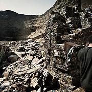 La cantera donde originalmente estaba situado el asentaminento de Mokattam, ahora se utiliza como almac&eacute;n de papel y aluminio. En medio del barrio de Manshiet Nasr a las afueras de El Cairo esta situado el asentamiento de Mokattam conocido como la &quot;Ciudad de la Basura&quot; , est&aacute; habitado por los Zabbaleen ,una comunidad de unos 45.000 cristianos coptos que viven desde hace varias d&eacute;cadas de reciclar los desperdicios que genera la capital egipcia: pl&aacute;stico, aluminio, papel y desechos &oacute;rganicos que transforman en compost . La mayor&iacute;a forman parte de la Asociaci&oacute;n para la Protecci&oacute;n del Ambiente (APE) una ONG que act&uacute;a en el &aacute;rea, cuyos objetivos son proteger el medio ambiente y aumentar el sustento de las recuperadores de basura de El Cairo. Seg&uacute;n la ONU, el trabajo que se realiza en Mokattam como uno de los diez mejores ejemplos del mundo en el mejoramiento medioambiental. El Cairo , Egipto, Junio 2011. ( Foto : Jordi Cam&iacute; )<br /> &laquo; less