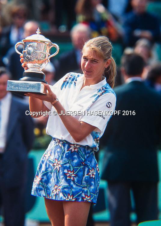 Siegerin Steffi Graf (GER) mit Pokal,Siegerehrung, Roland Garros, French Open 1995<br /> <br /> Tennis - French Open 1995 - Grand Slam ATP / WTA -  Roland Garros - Paris -  - France  - 28 November 2016.