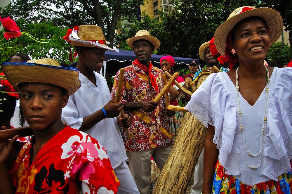 PALMEROS OF CHACAO / PALMEROS DE CHACAO<br /> Photography by Aaron Sosa<br /> Caracas - Venezuela 2010<br /> (Copyright &copy; Aaron Sosa)<br /> <br /> Los Palmeros de Chacao es una tradici&oacute;n que data de cerca de 1770, cuando el p&aacute;rroco Jos&eacute; Antonio Mohedano, ante la recurrencia de la peste de la fiebre amarilla que azotaba el valle de Caracas, quiso solicitar clemencia a Dios con una promesa y envi&oacute; a los peones de las haciendas cercanas a la monta&ntilde;a (Hoy Parque Nacional Waraira Repano), a buscar la palma real para que bajaran sus hojas, evocando el pasaje b&iacute;blico de la entrada de Jes&uacute;s a Jerusal&eacute;n).<br /> <br /> Hasta la presente fecha a&ntilde;o tras a&ntilde;o los Palmeros suben el Viernes de Concilio (Viernes anterior al Domingo de Ramos) y bajan al d&iacute;a siguiente cargando las palmas que ser&aacute;n benditas en la misa del domingo de ramos.<br /> <br /> Durante su descenso los Palmeros de Chacao son recibidos por la feligres&iacute;a caraque&ntilde;a y son homenajeados por otros grupos folcl&oacute;ricos culturales, Los Diablos Danzantes de Yare, La Parranda de San Pedro, Santos Inocentes de Caucagua, Tambores de San Juan de Curiepe.<br /> <br /> Estas im&aacute;genes pretenden ilustrar de manera subjetiva esta importante actividad que da el inicio a la Semana Santa en Caracas.