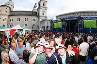 GEPA-0706085339 - SALZBURG,AUSTRIA,07.JUN.08 - FUSSBALL - UEFA Europameisterschaft, EURO 2008, Host City Fan Area Salzburg, Fanmeile, Fan Meile, Public Viewing, Fan Zone. Bild zeigt Fans, Videowalls und die Buehne vor dem Salzburger Dom.<br />Foto: GEPA pictures/ Sebastian Krauss