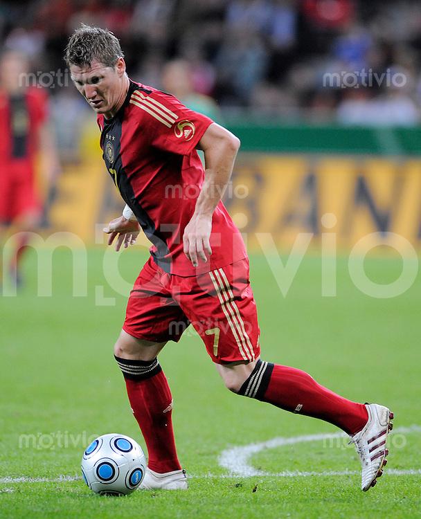 Fussball   International    Freundschaftsspiel   Deutschland - Suedafrika      05.09.09 Bastian SCHWEISTEIGER (GER), Einzelaktion am Ball.