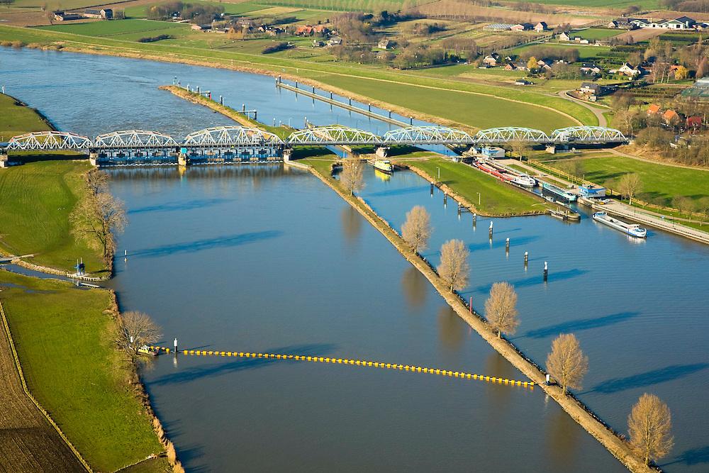 Nederland, Noord-Brabant, Grave, 11-02-2008; stuw in de rivier de Maas, dient om de waterloop te reguleren en het peil te beheren; de Maas is een regenrivier, met met name in de winter grote wateraanvoer (ook door smeltwater); rechts in beeld de schutsluis voor binnenvaartschepen;midden links: de nieuw aangelegde vistrap waardoor de vissen langs de stuw stroomopwaarts kunnen zwemmen; de vakwerkbrug is voor de lokale weg over de rivier; drijvers sluiten de rivir voor de stuw af; peil, waterpeil, kanalisatie, vispassage,waterhuishouding;..luchtfoto (toeslag); aerial photo (additional fee required); .foto Siebe Swart / photo Siebe Swart
