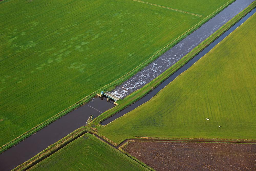 Nederland, Noord-Brabant, Gemeente Veghel, 15-11-2010; afwateringskanaal omgeving Erp gelegen in de Meierij van 's-Hertogenbosch. Drainage canal near 's-Hertogenbosch, South Netherlands..luchtfoto (toeslag), aerial photo (additional fee required).foto/photo Siebe Swart