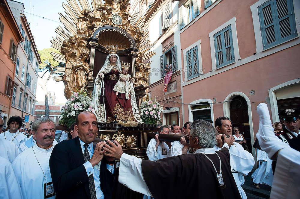 Roma 15 Luglio 2012..Venerabile Confraternita dello Scapolare di Santa Maria del Monte Carmelo in Traspontina fondata nel 1527 a Roma. I Solenni Festeggiamenti e la processione in onore della Madonna del Carmine .Il Presidente del Consiglio Comunale Marco Pomarici porta la Madonna durante la processione  .The Solemn Celebrations and processions in honor of Madonna del Carmine..http://www.parrocchiatraspontina.it/.
