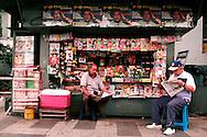 SAÚDE DE CHÁVEZ -  CARACAS - 04/01/2013 .INTERNACIONAL -  Moradores de Caracas da Zona Oeste procuram por notícias de seu presidente. Hugo Chávez, que foi operado em Cuba em dezembro último em decorrência de um câncer e tem enfrentado um pós-operatório difícil.  FOTO: DANIEL GUIMARÃES/FRAME