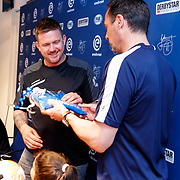 NLD/Zwolle/20180418 - Johnny de Mol onthult de nieuwe Eredivisiebal, Johnny krijgt van zijn zwager John van 't Schip een PEC Zwolle shirtje voor de baby