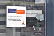 Nederland, Millingen, 3-5-2017De pinautomaten in het Rijk van Nijmegen die bij woonhuizen of kwetsbare plekken staan worden beveiligd en gaan in de nacht op slot. Het is een preventieve maatregel van de Rabobank tegen de toenemende plofkraken in de grensregio. Bij enkelen worden in de nacht beveiligers neergezet. Dan staat er een mobiel toilet in de nabijheid.Foto: Flip Franssen