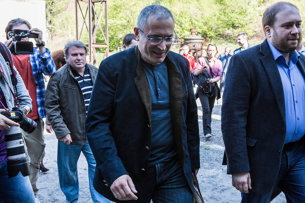 DONETSK, UKRAINE - APRIL 27: Mikhail Khodorkovsky (C), the former owner of one of Russia's largest oil companies, arrives at Izolyatsia, a non-governmental arts foundation, for a public meeting and press conference on April 27, 2014 in Donetsk, Ukraine. Khodorkovsky was visiting Eastern Ukraine to meet with local businessmen and members of the public regarding the political crisis there. (Photo by Brendan Hoffman/Getty Images) *** Local Caption *** Mikhail Khodorkovsky