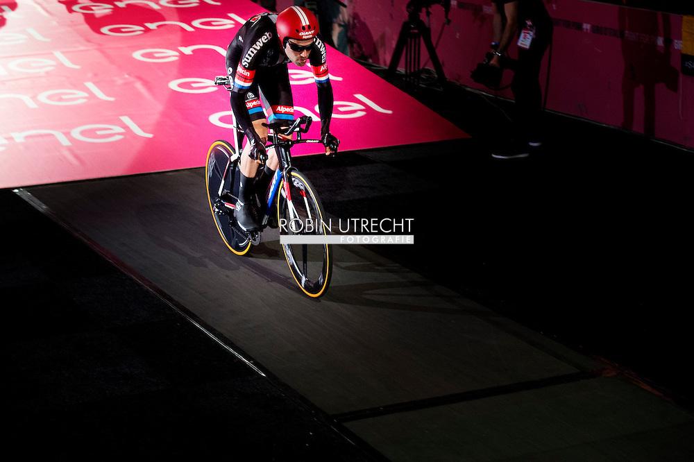 eigen 6-5-2016 APELDOORN - Koning Willem alexANDER Aleksandr Vinokoerov is vrijdag 6 mei 2016 aanwezig bij de start van de 99e editie van de Giro d&rsquo;Italia in Apeldoorn. De Koning is aanwezig op de startlocatie, rijdt mee in een volgauto en woont de huldiging en prijsuitreiking bij. Koning Willem-Alexander tijdens de start van de Giro d'Italia in Apeldoorn Koning Willem-Alexander bij team Giant Alpecin in gesprek met Tom Dumoulin tijdens de start van de Giro d'Italia in Apeldoorn. COPYRIGHT ROBIN UTRECHT <br /> 6-5-2016 APELDOORN - King Willem Alexander is present Friday, May 6th, 2016 at the start of the 99th edition of the Giro d'Italia in Apeldoorn. The King was present at the start location, driving along in a following car and attends the ceremony and prize giving at. COPYRIGHT ROBIN UTRECHT