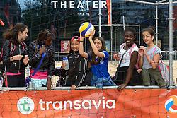 20150618 NED: WK Beach volleybal training op het Spui, Den Haag<br /> De Nederlandse beachers hebben vandaag hun tweede training gehad op de WK trainingsvelden. Op het Spuiplein werden de velden druk bezocht / Scholieren mochten een middagje spelen op de beachvelden en bleven daarna kijken bij de training