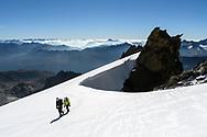 Zwei Alpinisten bei der Oberen Bielenl&uuml;cke mit dem Gross Bielenhorn und den Lepontischen Alpen, Furka, Uri, Schweiz<br /> <br />  Two alpinists at the Obere Bielenl&uuml;cke with the Gross Bielenhorn and the Lepontine Alps, Furka, Uri, Switzerland