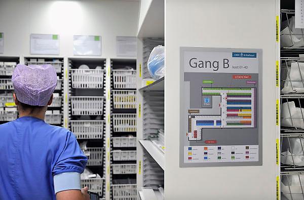 Nederland, Nijmegen, 2-2-2012Opslag en voorraad van steriele instrumenten en medicijnen op de nieuwe en state of the art operatieafdeling van het umc radboud. Er wordt gebruik gemaakt van duidelijke bewegwijzering.Foto: Flip Franssen