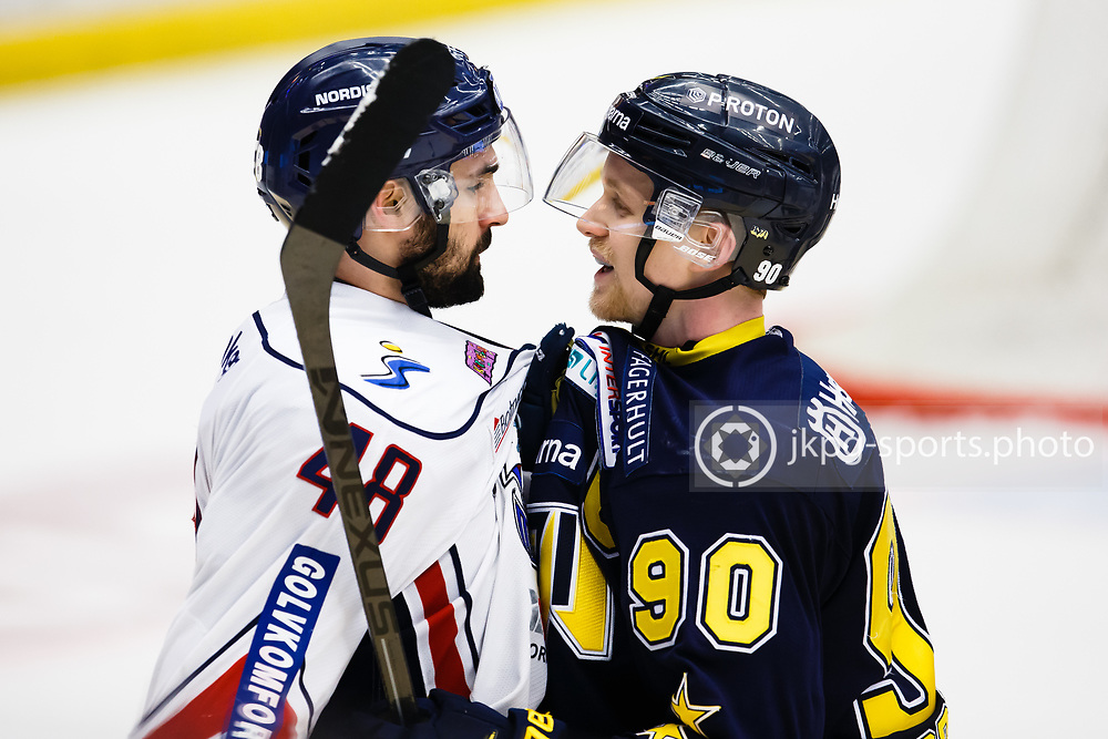 150319 Ishockey, Kvartsfinal 4, HV71 - Link&ouml;ping<br /> Ted Brith&eacute;n, HV71 h&aring;ller fast Daniel Rahimi, Link&ouml;pings HC och &quot;samtalar&quot; med varandra. trash talk.<br /> &copy; Daniel Malmberg/All Over Press