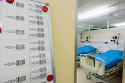 Bij de verpleegruimte hangen barcodes om pati&euml;nt met bed te koppelen. Alles pati&euml;nten worden gevolgd met een barcode. Bij het calamiteitenhospitaal in Utrecht worden slachtoffers van grote rampen als eerste behandeld. Afhankelijk van de ernst van de verwonding, wordt het slachtoffer ingedeeld in rood, geel of groen. Het hospitaal is uniek in Europa en is gevestigd in de voormalige atoombunker onder het UMC Utrecht.<br /> <br /> With barcodes a patient of the trauma and emergency hospital is followed and coupled with a bed. At the basement of the UMC Utrecht a special hospital for emergency and major incidents is based. Patients are being labelled by number and depending on the injuries they will be transported to the zone red, yellow or green.