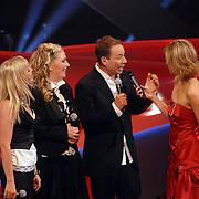 NLD/Hilversum/20061230 - 1e Live uitzending X-Factor 2006, deelnemers Hearts en presentatrice Wendy van Dijk
