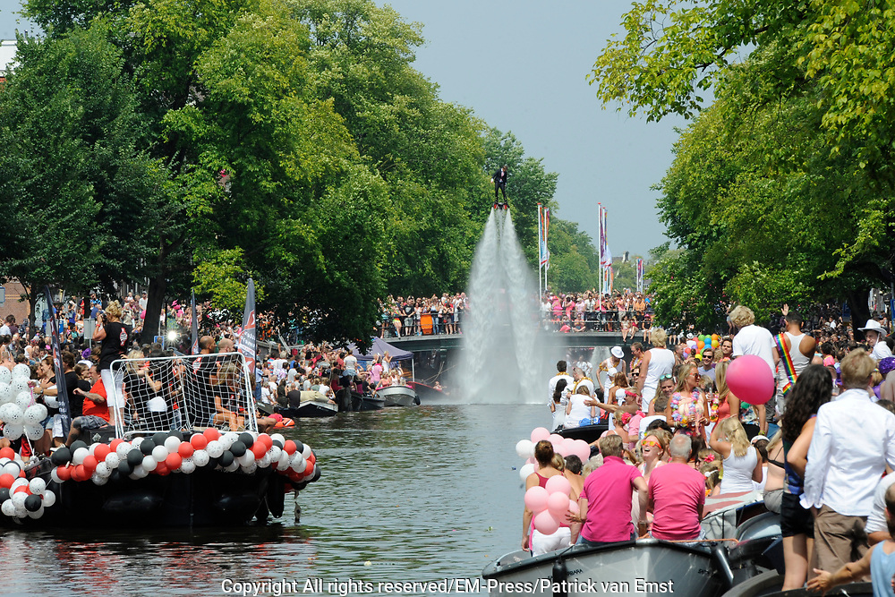 De Canal Parade 2014 - een botenparade over de Amsterdamse grachten en het hoogtepunt van Gay Pride Amsterdam.<br /> <br /> The Canal Parade 2014 - a boat parade on the canals of Amsterdam and the highlight of Gay Pride Amsterdam.<br /> <br /> Op de foto / On the photo: <br /> <br /> <br />  Een deelnemende boot SIN / A participating boat SIN
