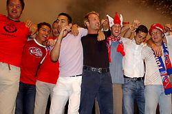 02-06-2003 NED: Huldiging bekerwinnaar FC Utrecht, Utrecht<br /> De spelers en de technische staf kregen een rondrit door de stad in een open Engelse dubbeldekker. Om 20.30 uur keert de stoet terug in Galgenwaard en zal in het stadion de officiële huldiging plaatsvinden / Alje Schut, Harold Wapenaar, Karim Touzani, Etienne Shew-Atjon