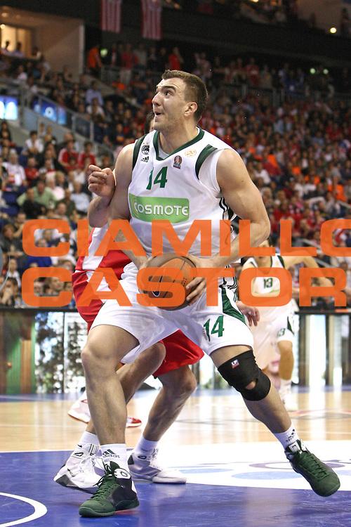 Berlino Eurolega 2008-09 Final Four Semifinale Olimpiacos Panathinaikos Atene<br /> GIOCATORE : Nikola Pekovic<br /> SQUADRA : Panathinaikos Atene <br /> EVENTO : Eurolega 2008-2009 <br /> GARA : Olimpiacos Panathinaikos Atene<br /> DATA : 01/05/2009 <br /> CATEGORIA : Penetrazione<br /> SPORT : Pallacanestro <br /> AUTORE : Agenzia Ciamillo-Castoria/C.De Massis