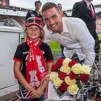 ALKMAAR - 28-08-2016, AZ - NEC, AFAS Stadion, 2-0, meisje geeft bloemen aan Vincent Janssen die afscheid neemt