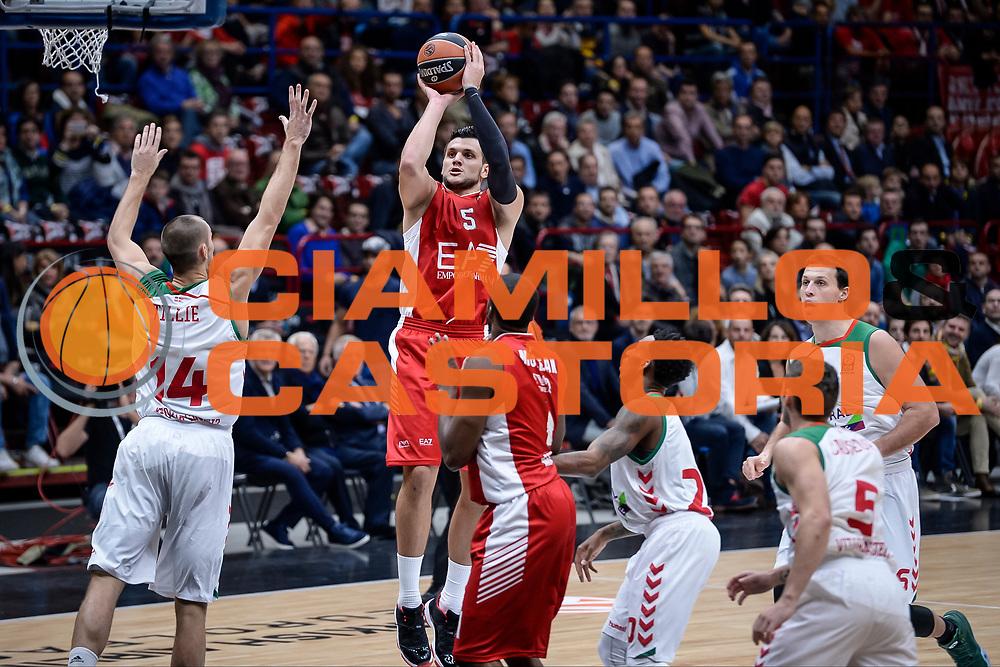 DESCRIZIONE : Milano Lega A 2014-15 Olimpia EA7 Emporio Armani Milano - Vitoria<br /> GIOCATORE : Andrea Cinciarini<br /> CATEGORIA : Tiro <br /> SQUADRA : Olimpia EA7 Emporio Armani Milano<br /> EVENTO : Campionato Lega A 2015-2016<br /> GARA : Olimpia EA7 Emporio Armani Milano - Vitoria<br /> DATA : 16/10/2015<br /> SPORT : Pallacanestro<br /> AUTORE : Agenzia Ciamillo-Castoria/M.Ozbot<br /> Galleria : Lega Basket A 2015-2016 <br /> Fotonotizia: Milano Lega A 2015-16 Olimpia EA7 Emporio Armani Milano - Vitoria