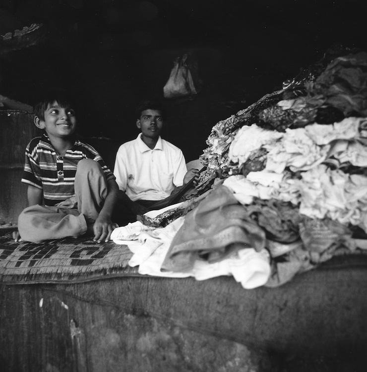 Padre e figlio dividono i panni prima di essere lavati<br /> <br /> Father and son share the clothes before laundering