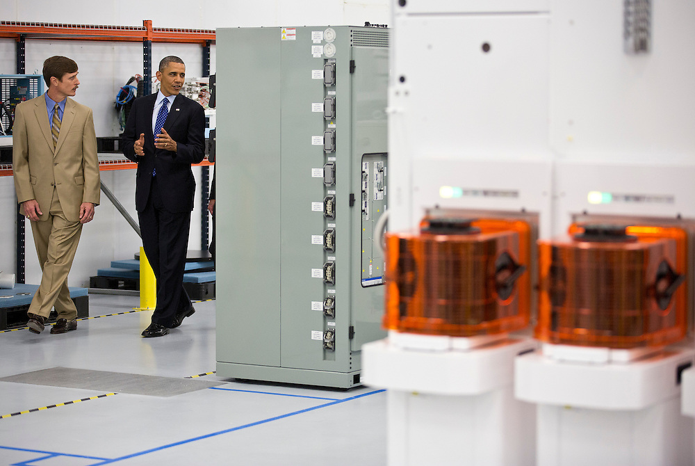 U.S. President Barack Obama walks with Rick Gesing, vice president of Global Operations Manufacturing at Applied Materials during a tour of Applied Materials in Austin, Texas, on May 9, 2013.      REUTERS/Joshua Roberts    (UNITED STATES).