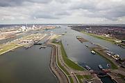 Nederland, Noord-Holland, IJmuiden, 16-04-2008; sluizencomplex aan het begin van het Noordzee kanaal; links de Noordersluis, rechtsonder de Middensluis (wordt gerenoveerd) in links in de achtergrond de elektriciteit centrale in Velsen;  Noordzeekanaal, sluis, sluizen, schutten, kolk, ..luchtfoto (toeslag); aerial photo (additional fee required); .foto Siebe Swart / photo Siebe Swart
