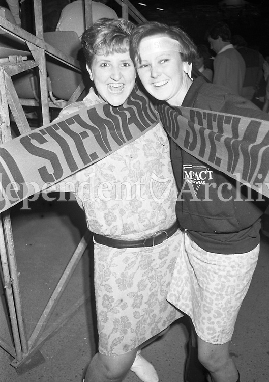 986-429<br /> Fans at the Rod Stewart concert in the R.D.S. September 1986. (Part of the Irish Independent Newspapers/NLI Collection)