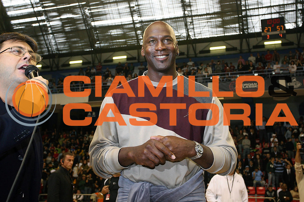 DESCRIZIONE : Milano Nike Jordan Tour 2006<br /> GIOCATORE : Michael Jordan <br /> SQUADRA : <br /> EVENTO : Nike Jordan Tour <br /> GARA : <br /> DATA : 24/10/2006 <br /> CATEGORIA : Ritratto <br /> SPORT : Pallacanestro <br /> AUTORE : Agenzia Ciamillo-Castoria/S.Ceretti <br /> Galleria : Lega Basket A1 2006-2007 <br /> Fotonotizia : Milano Nike Jordan Tour <br /> Predefinita :