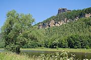 Schrammsteine, Elbe bei Bad Schandau, Elbsandsteingebirge, Sächsische Schweiz, Sachsen, Deutschland.|.Scheammsteine over river Elbe near Bad Schandau, Saxon Switzerland, Saxony, Germany