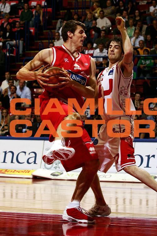 DESCRIZIONE : Milano Lega A1 2005-06 Armani Jeans Olimpia Milano Bipop Carire Reggio Emilia <br /> GIOCATORE : Ortner<br /> SQUADRA : Bipop Carire Reggio Emilia <br /> EVENTO : Campionato Lega A1 2005-2006 <br /> GARA : Armani Jeans Olimpia Milano Bipop Carire Reggio Emilia <br /> DATA : 04/05/2006 <br /> CATEGORIA : Rimbalzo<br /> SPORT : Pallacanestro <br /> AUTORE : Agenzia Ciamillo-Castoria/L.Lussoso